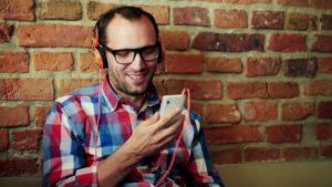 ouvindo podcast no headphone smartphone fones de ouvido
