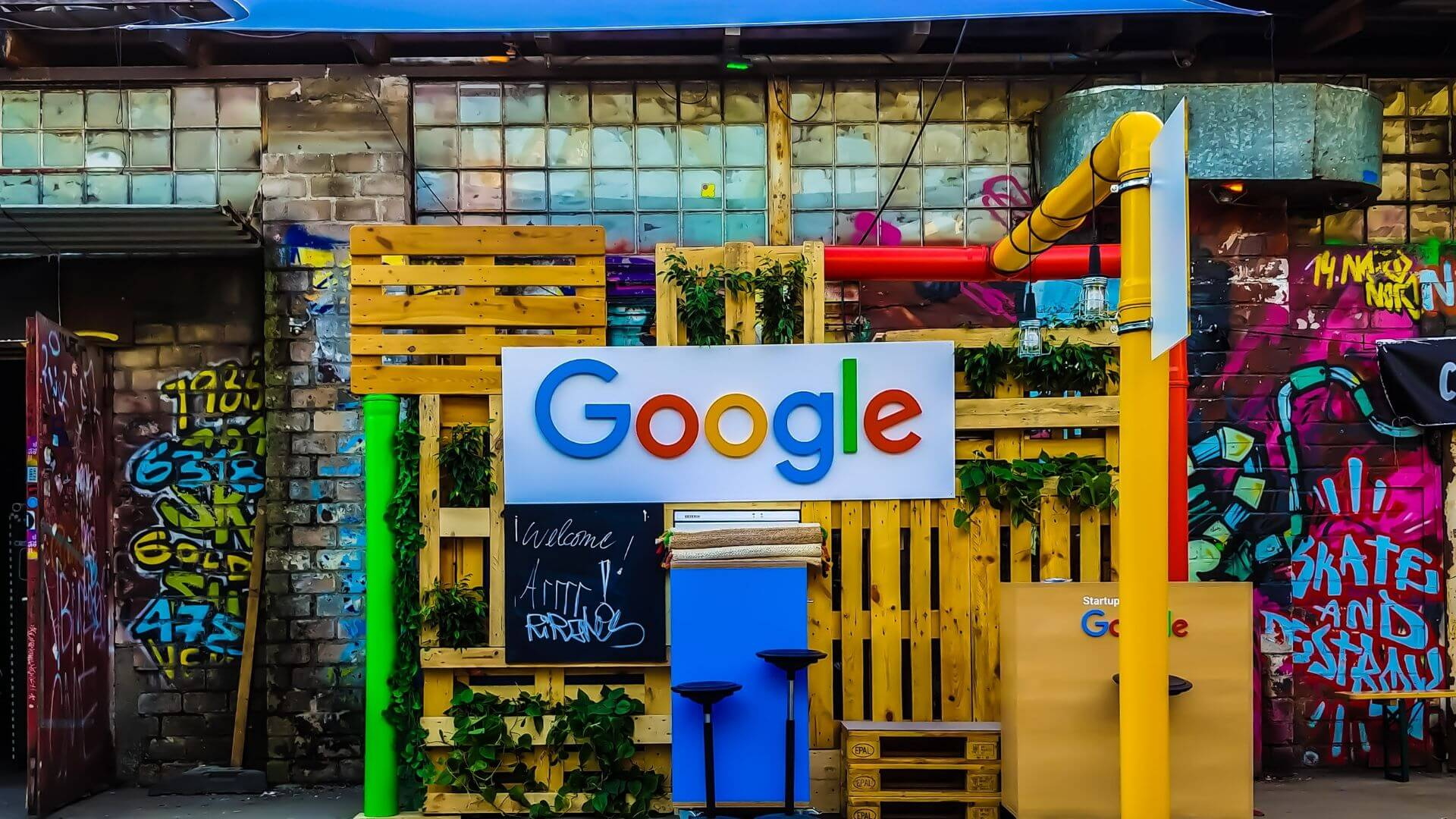 imagem placa do google na rua colorida