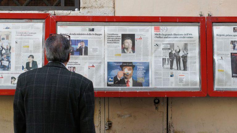 homem olhando para painel de noticias com jornais google news